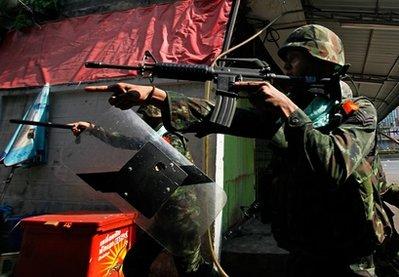泰国军警和红衫军暴力冲突造成8死101伤(组图)