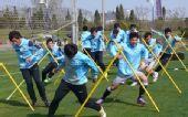 图文:[中超]体育局官员视察实德 球员卖力训练