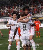 图文:[中超]长春VS青岛 激情庆祝进球