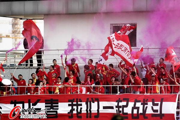 图文:[中超]长春VS青岛 激情的球迷