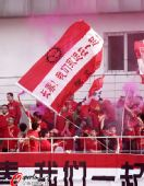 图文:[中超]长春VS青岛 球迷欢庆进球