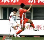 图文:[中超]长春VS青岛 边路起球