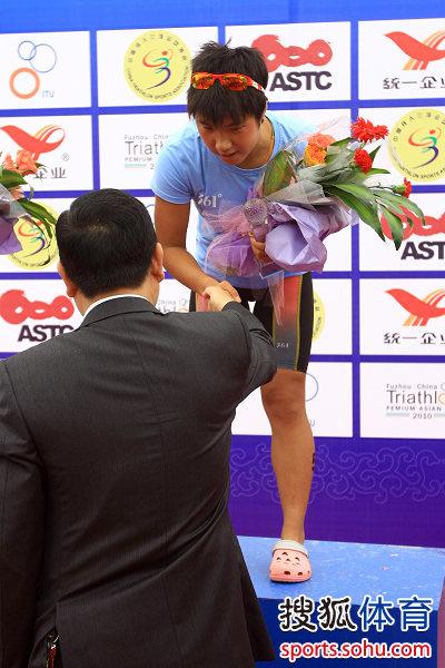 刘婷与嘉宾握手
