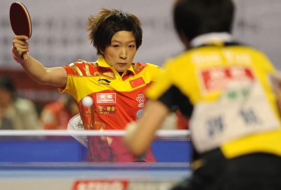 图文:女乒队员穿新装打热身赛 刘诗雯回球瞬间