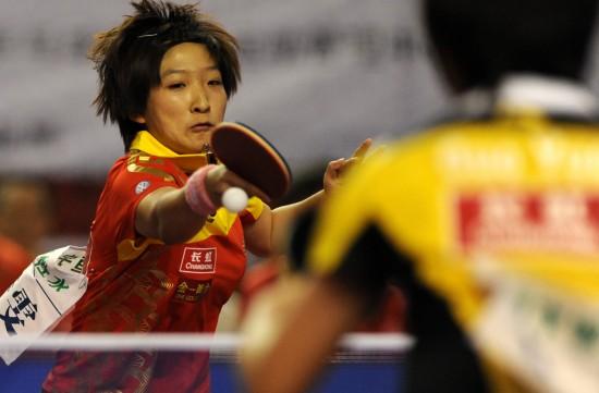 图文:女乒队员穿新装打热身赛 刘诗雯相持