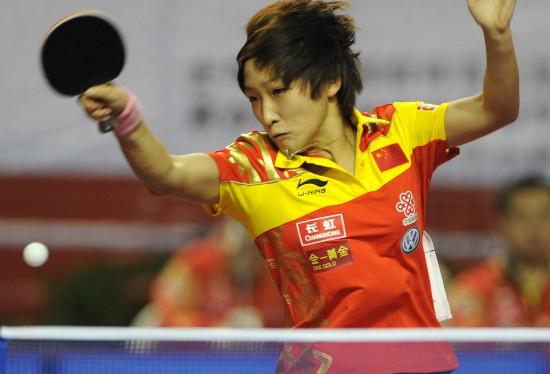 图文:女乒队员穿新装打热身赛 刘诗雯穿新装