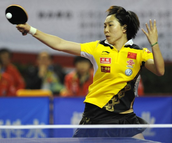 图文:女乒队员穿新装打热身赛 李晓霞正手进攻