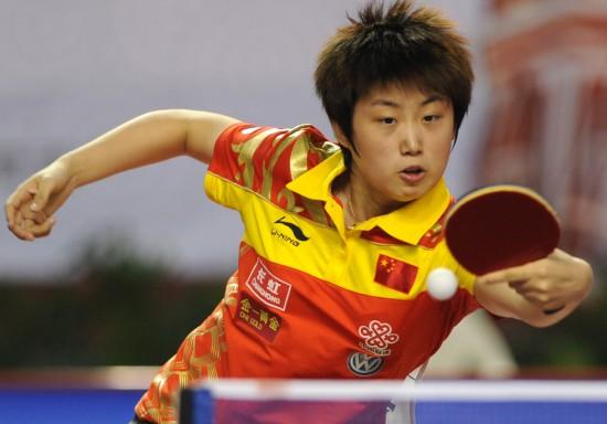 图文:女乒队员穿新装打热身赛 郭跃反手回球