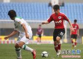 图文:[中超]辽宁VS杭州 于汉超带球