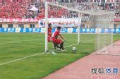 图文:[中超]南昌VS重庆 球入网窝