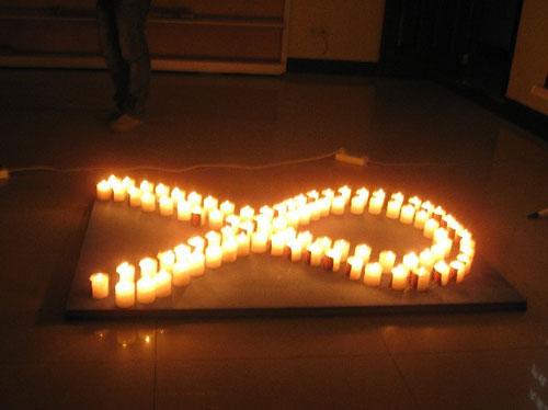 用蜡烛组成红丝带