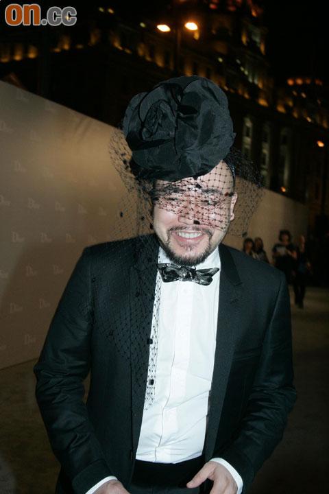 上海 黄伟文/黄伟文戴上夸张头饰出席上海Dior时装秀