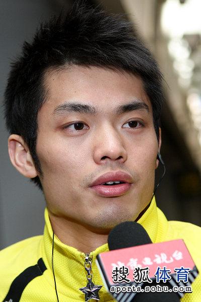 图文:国羽抵京林丹显成熟 林丹接受采访