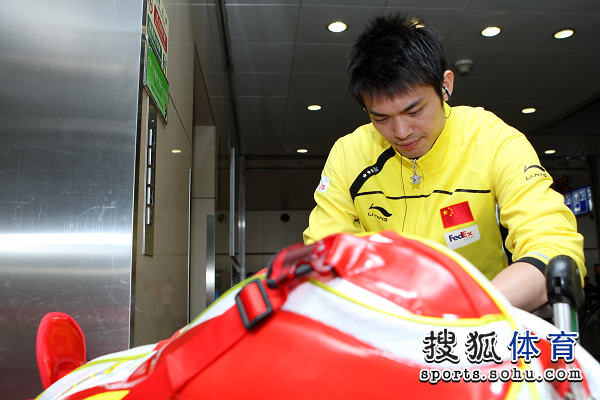 图文:国羽抵京林丹显成熟 林丹查看行李