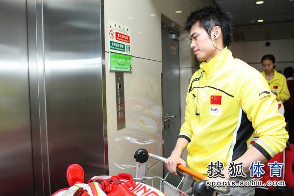 图文:国羽抵京林丹显成熟 林丹等待电梯
