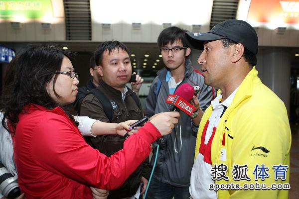 图文:国羽抵京林丹显成熟 记者采访李永波