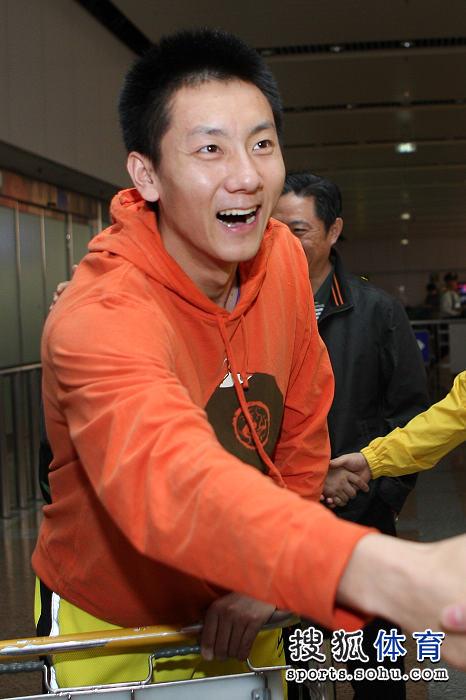 图文:国羽抵京林丹显成熟 陈金笑口常开