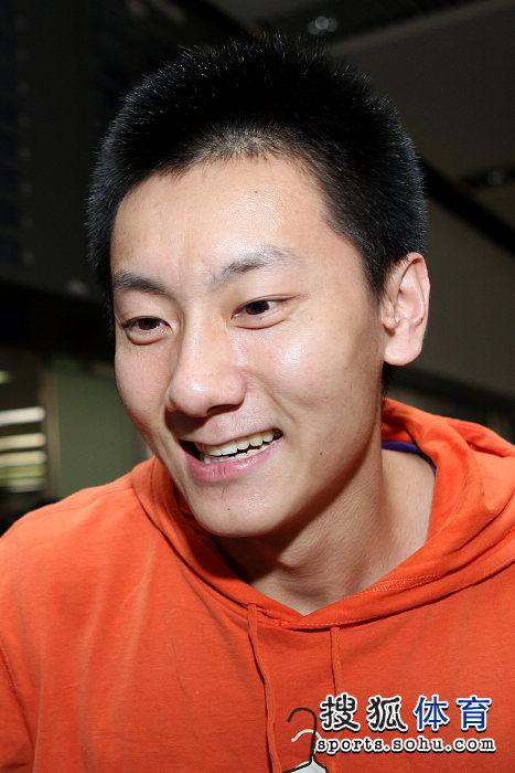 图文:国羽抵京林丹显成熟 陈金笑容腼腆