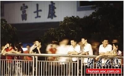 5月14日晚8时,深圳龙华富士康工业园园区外天桥,一些加班结束的员工在这里吹吹凉风。记者 李丹 摄