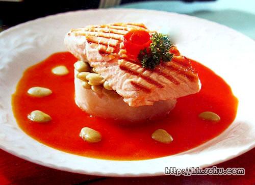 香煎鲑鱼配茄茸牛油汁