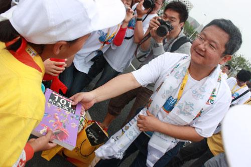 云南网总编辑柴红飚代表网媒世博联盟向山区孩子赠书