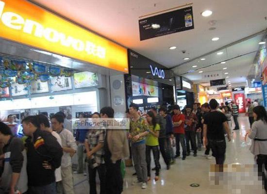 哈尔滨卖场排队购买乐Phone的人群