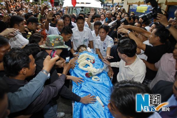 """5月17日,在泰国首都曼谷,""""红衫军""""领导人卡迪亚・萨瓦滴蓬的遗体被运抵一所寺庙。"""
