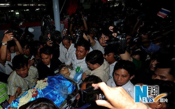 卡迪亚・萨瓦滴蓬的遗体被运抵一所寺庙。