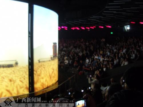 在澳大利亚馆,大家集体欣赏场馆里的立体电影。广西新闻网记者 吴婷婷摄