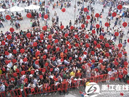 瑞士馆排队的人群