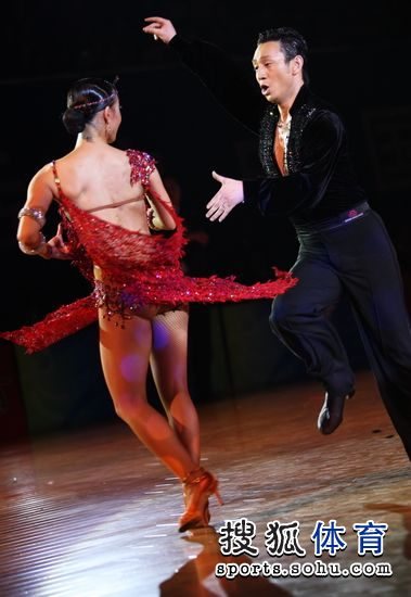 图文:帅哥美女演绎激情舞蹈