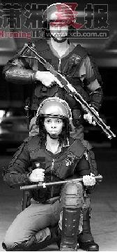 南非警方目前正加强世界杯安保演练,图为男女警察试用新武器