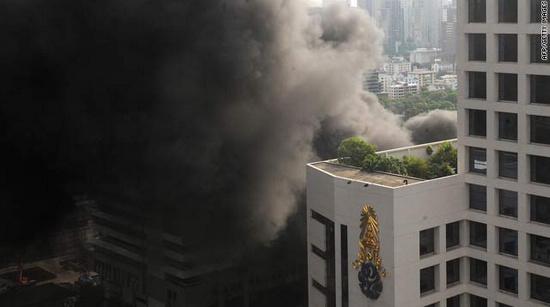 曼谷金融区上空升起浓烟