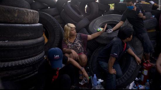 示威者躲在路障背后