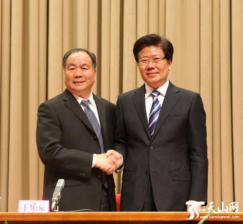 王乐泉同志和张春贤同志亲切握手。新疆日报记者李杨摄