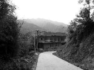 5月12日,周正龙家还没完工的楼房。周妻称周正龙当年缓刑回家后开始盖房。本报记者 杨万国 摄