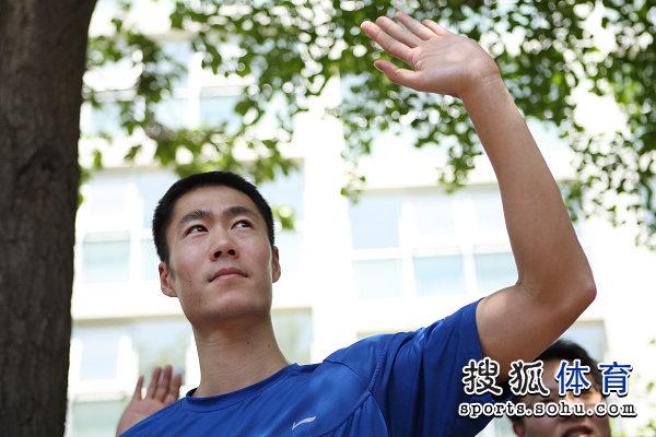 图文:中国队出征莫斯科世乒赛 王励勤送别队友