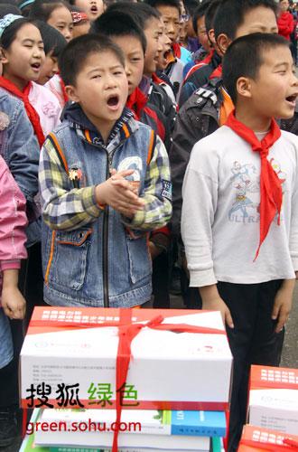 安昌小学学生和捐赠的太阳能光伏试验电站教材