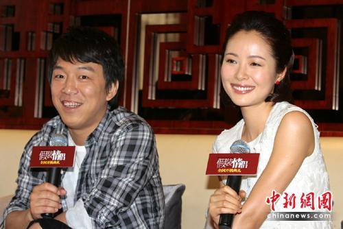 《假装情侣》男主角黄渤(左)、女主角江一燕在开机仪式现场接受媒体采访