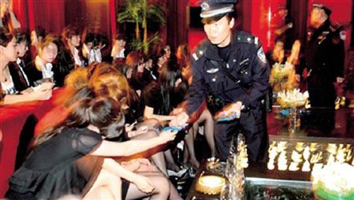 民警检查夜总会陪侍女在夜总会的工牌。 本版图片均由朝阳警方提供(除署名外)