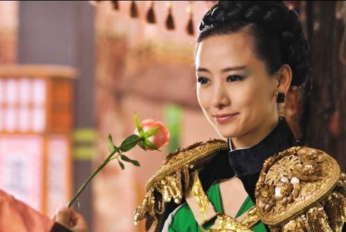 《春光灿烂猪九妹》中翁虹的女王造型
