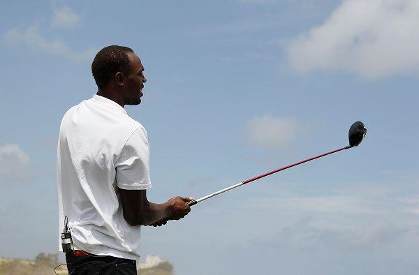 图文:博尔特打高尔夫球 博尔特手拿球杆