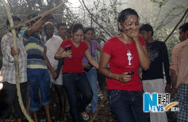 5月22日,在印度南部卡纳塔克邦门格洛尔市的客机失事现场附近,当地居民表情悲痛。新华社/路透