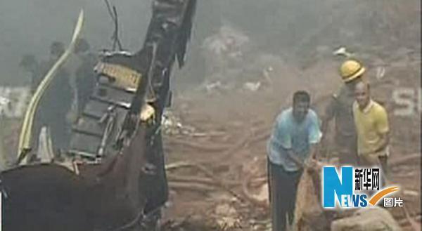 5月22日,在印度南部卡纳塔克邦门格洛尔市的客机失事现场,救援人员紧张工作。新华社/路透