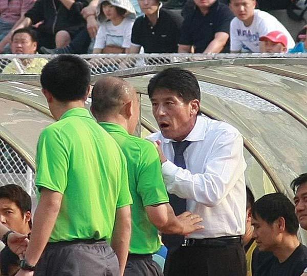 图文:[中甲]延边0-0恒大 李章洙质问裁判