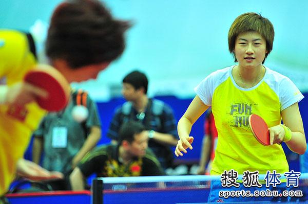 图文:国乒训练备战世乒赛 丁宁非常轻松