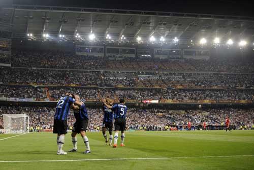 09-10赛季欧冠决赛在马德里的伯纳乌球场打响,德甲豪门拜仁迎战