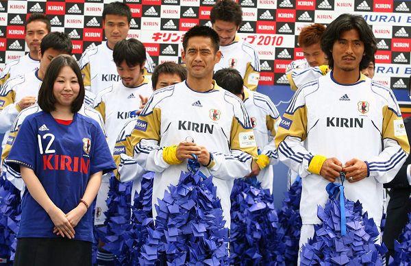 组图:日本队举行世界杯出征仪式 美女现场助阵