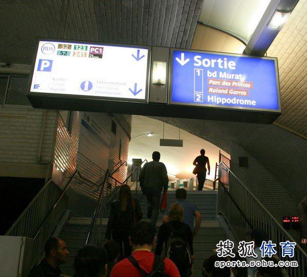 地铁站里指向法网的站牌