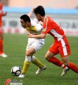 图文:[中超]青岛0-1陕西 一对一缠斗